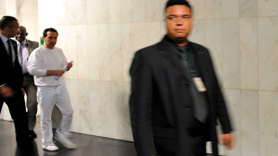 Deputado Natan Donadon (de branco) é escoltado por seguranças até o plenário da Câmara dos Deputados para acompanhar a votação da cassação de seu mandato, em Brasília