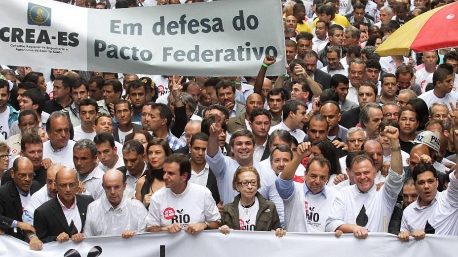 Políticos adversários se unem em ato para pedir: Veta, Dilma
