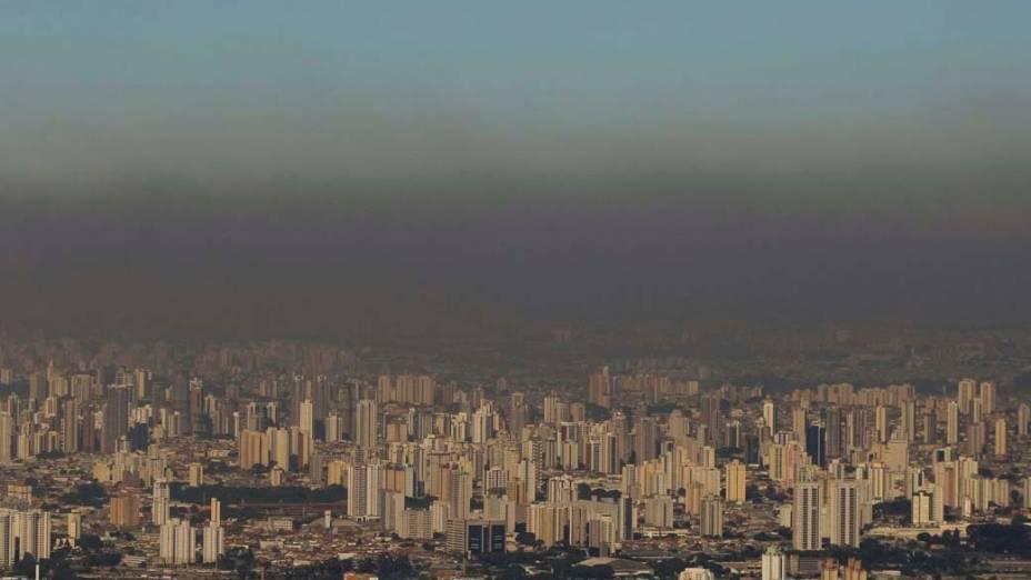 Faixa de poluição sobre a cidade de São Paulo