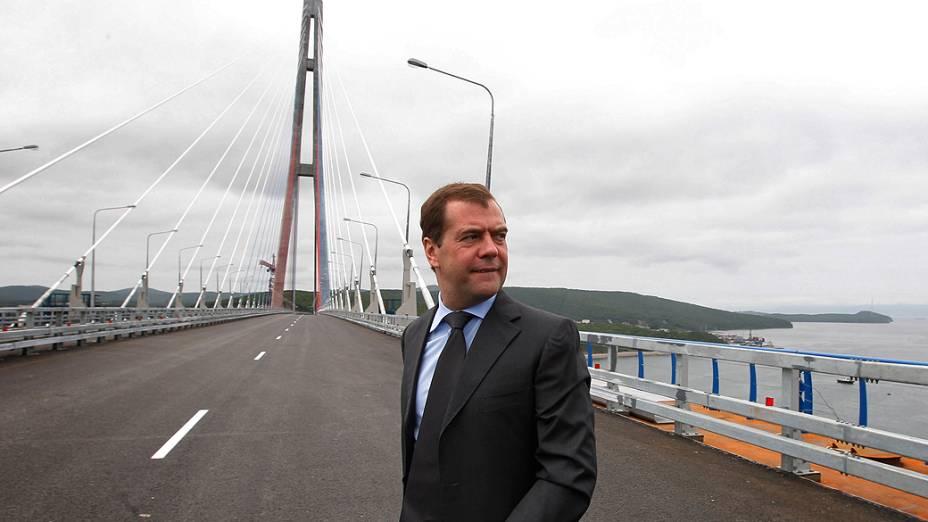 Dmitri Medvedev participa da cerimônia de inauguração da ponte estaiada com o maior vão central do mundo