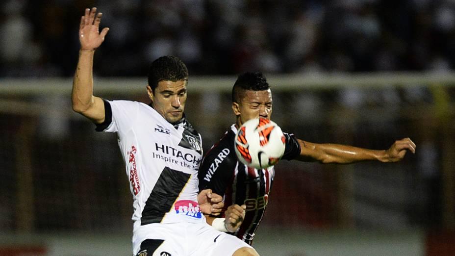 Disputa pelo alto na partida entre Ponte Preta e São Paulo válida pela semifinal da Copa Sul-Americana, no estádio Romildão, em Mogi Mirim