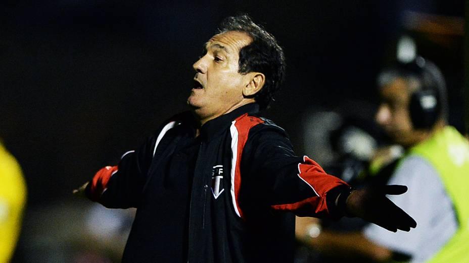 Técnico Muricy Ramalho durantea partida entre Ponte Preta e São Paulo válida pela semifinal da Copa Sul-Americana, no estádio Romildão, em Mogi Mirim