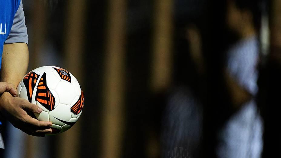 Gandula durante a final da Copa Sul-Americana no Romildão, em Mogi Mirim