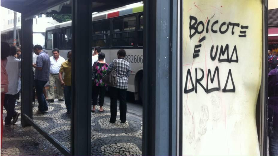 Ponto de ônibus é depredado na Cinelândia, durante protesto