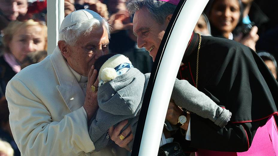 Bento XVI abençoa bebê durante desfile de papamóvel ao chegar à Praça São Pedro