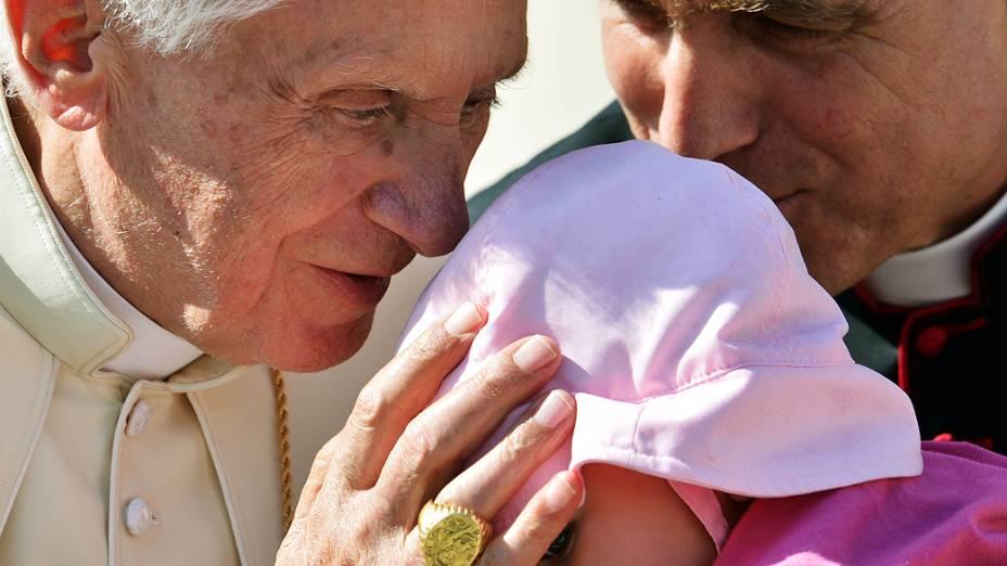 Papa Bento XVI abençoa um bebê durante audiência geral na praça São Pedro, no Vaticano