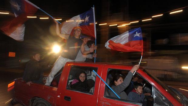 População chilena em Copiapó celebra o sucesso dos primeiros resgates