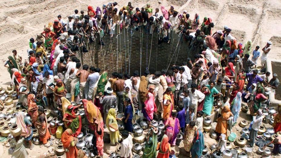 Pessoas se reúnem para pegar água em Gujarat, na Índia