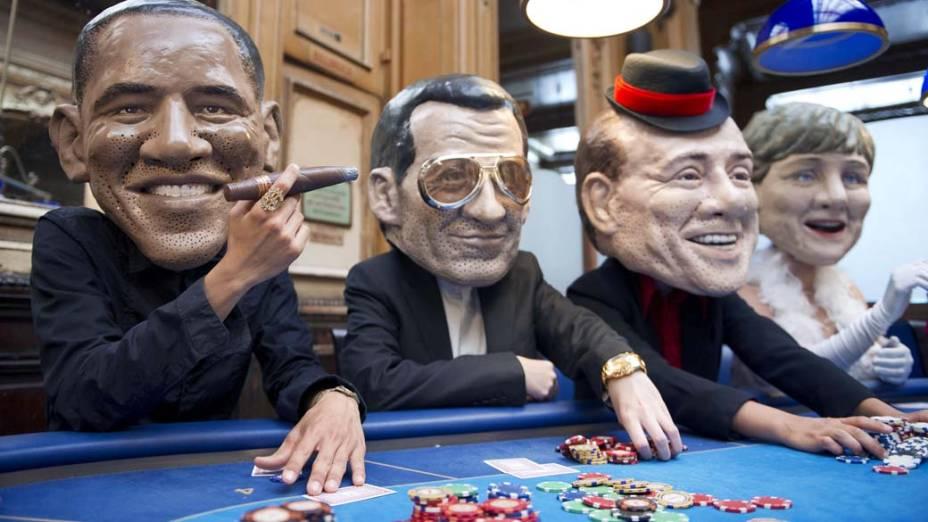 Jogadores de pôquer usam máscaras com a caricatura dos líderes políticos Barack Obama, Nicolas Sarkozy, Silvio Berlusconi e a chanceler alemã Angela Merkel, durante evento em Paris