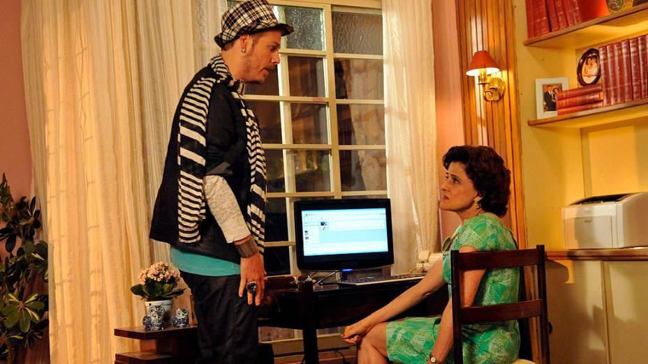 Fábio Porchat participando da série da Rede Globo A Grande Família, com Marieta Severo