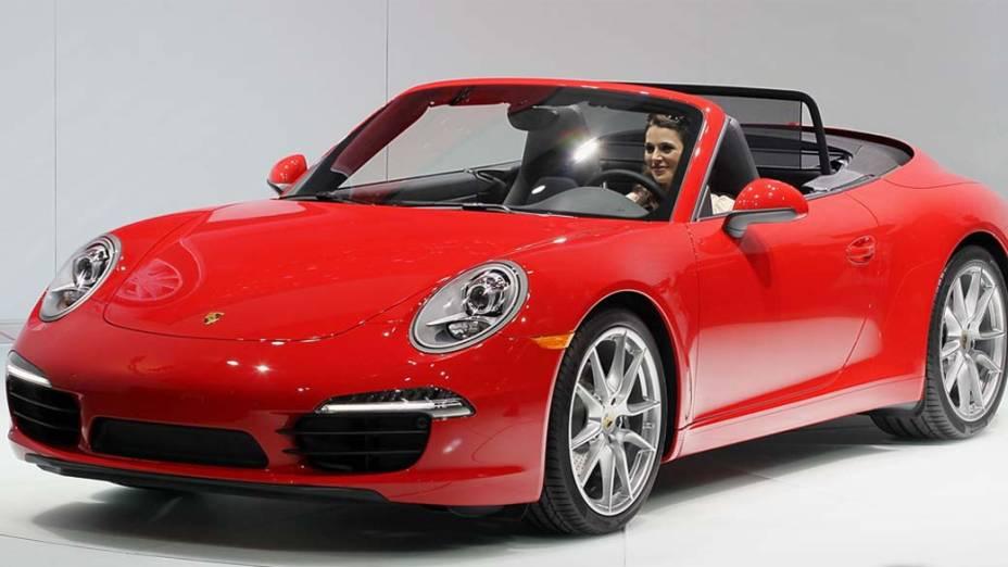 Porsche 911 Cabrio - A série 911 fica ainda mais insinuante com dois novos conversíveis, o Carrera (350 cavalos) e o Carrera S (400 cavalos). A mais possante acelera de 0 a 100 km/h em 4 segundos