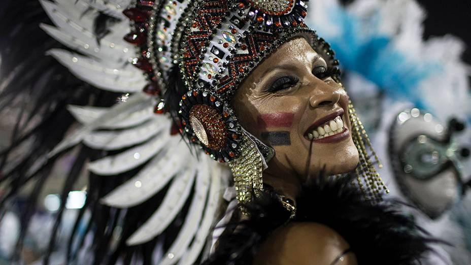 Destaque da escola de samba Portela durante desfile pelo grupo especial, na Marquês de Sapucaí no Rio de Janeiro (RJ), na madrugada desta terça-feira (04)
