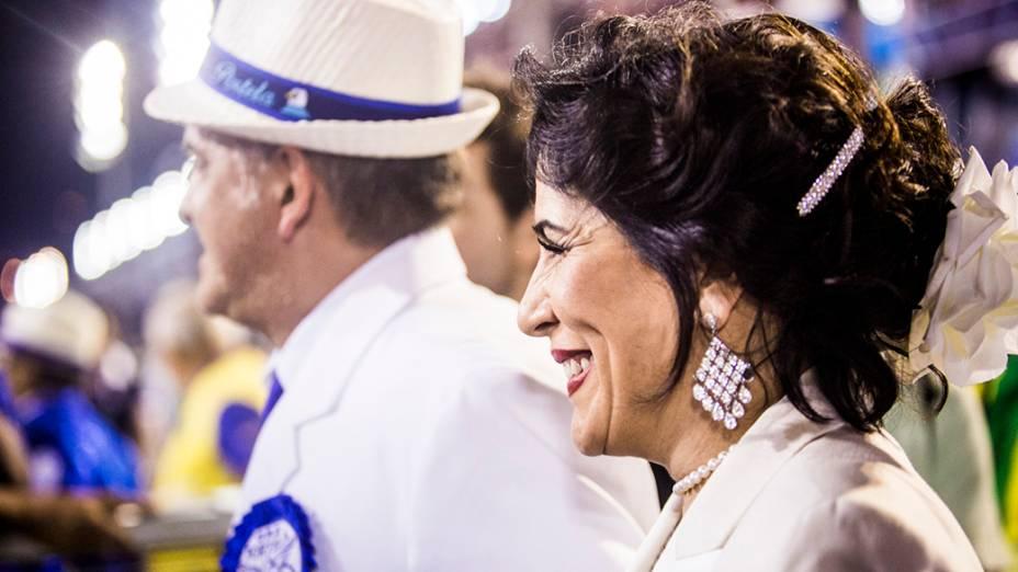 Glória Pires acompanha o desfile da escola de samba Portela pelo grupo especial, na Marquês de Sapucaí no Rio de Janeiro (RJ), na madrugada desta terça-feira (04)