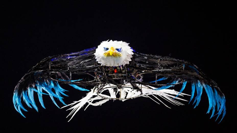 Um drone com uma águia foi usado no desfile da escola de samba Portela pelo grupo especial, na Marquês de Sapucaí no Rio de Janeiro (RJ), na madrugada desta terça-feira (04)