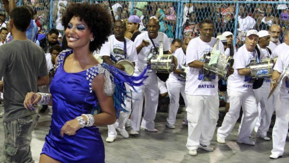 Rainha Sheron Menezes samba à frente dos ritmistas portelenses