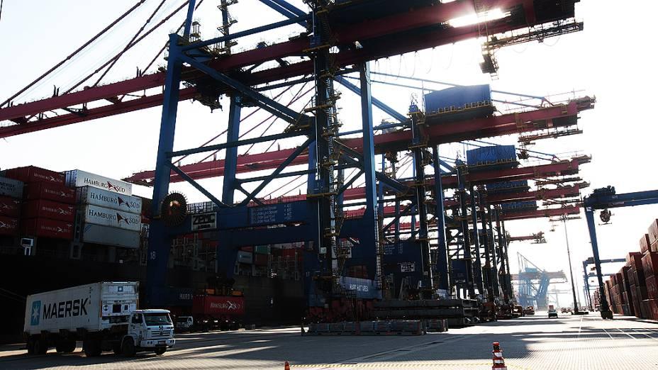 Contêineres prontos para embarque no terminal de Santos, porto privado na cidade do Guarujá