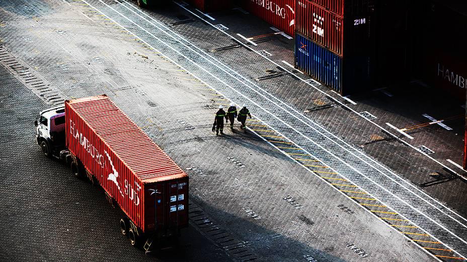 Operação de transporte de cargas, na maior operadora de terminais de contêineres do país, na margem esquerda (Guarujá - SP) do porto de Santos
