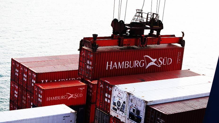 Movimentação de contêineres prontos para desembarque no terminal de Santos, porto privado na cidade do Guarujá