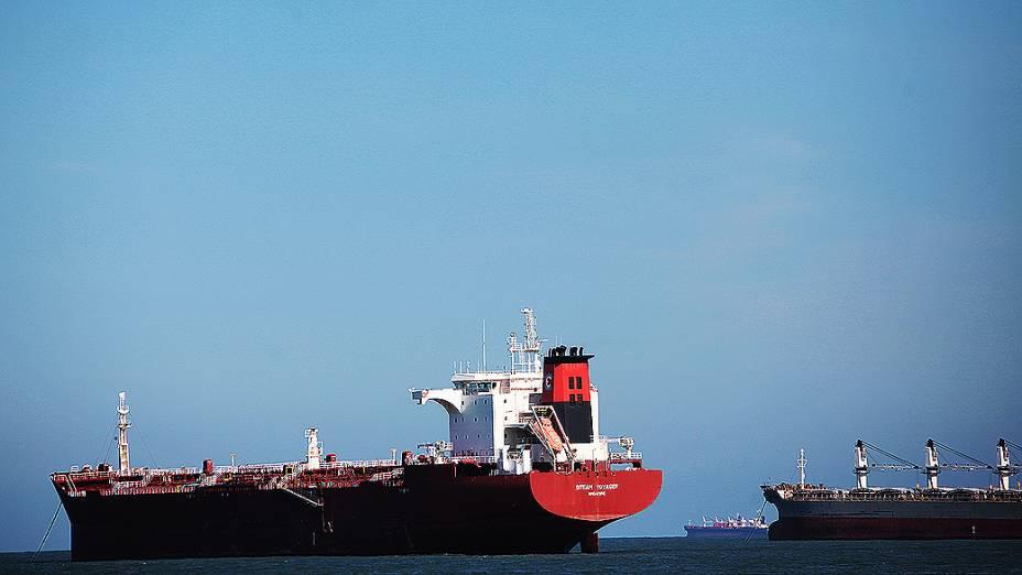 Navios aguardam atracação no Porto de Santos