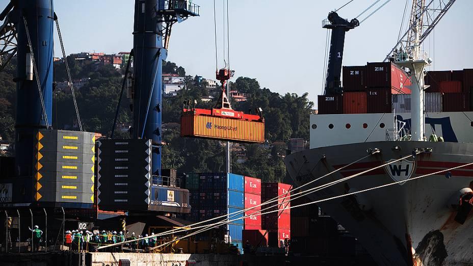 Movimentação de contêineres prontos para o embarque no terminal de Santos