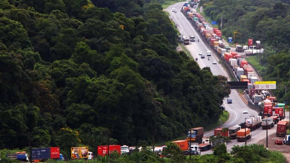 Congestionamento de caminhões na Rodovia Cônego Domênico Rangoni