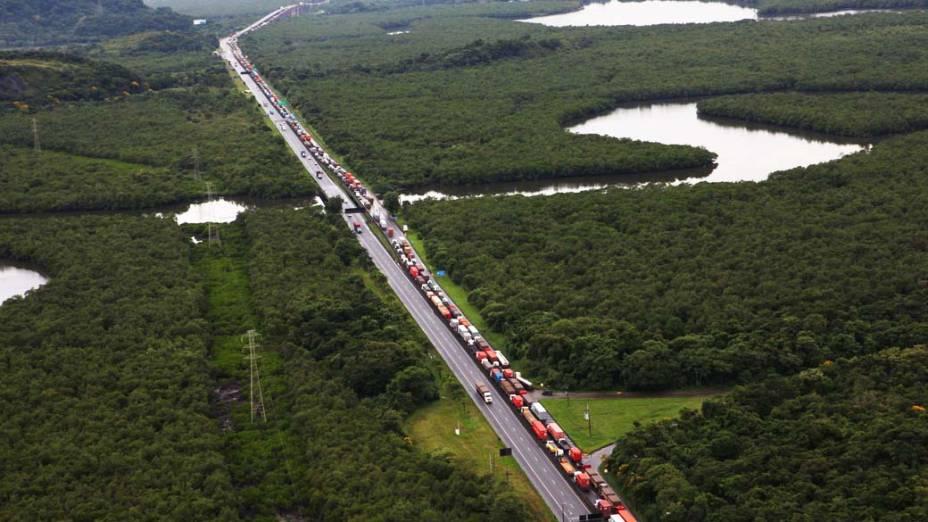 Congestionamento de caminhões na Rodovia Cônego Domênico Rangoni em Cubatão