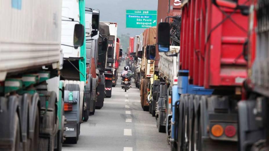 Congestionamento na Rodovia Cônego Domenico Rangoni, próximo ao Cubatão, devido ao fluxo de caminhões para descarregar soja no porto de Santos