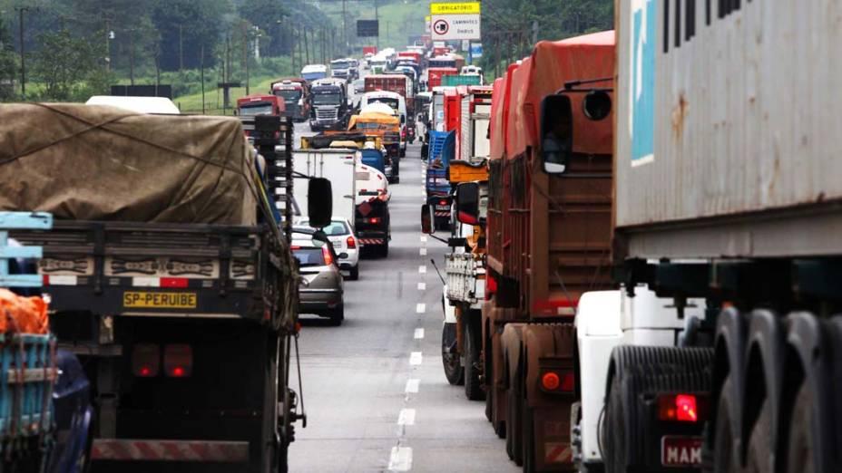 Congestionamento de caminhões na Rodovia Cônego Domênico Rangoni, Piaçaguera-Guarujá