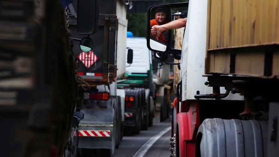 Motorista de caminhão durante congestionamento na Rodovia Cônego Domênico Rangoni