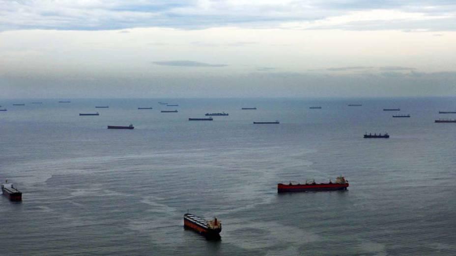 Navios aguardam carregamento de soja no porto de Santos