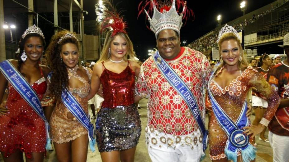 Rainha da bateria da Porto da Pedra, a atriz Ellen Roche posa com a realeza do Carnaval carioca