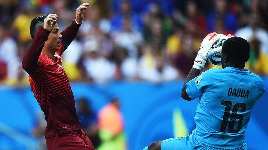 O goleiro de Gana, Fatau Dauda, faz defesa no jogo contra Portugal no Mané Garrincha, em Brasília