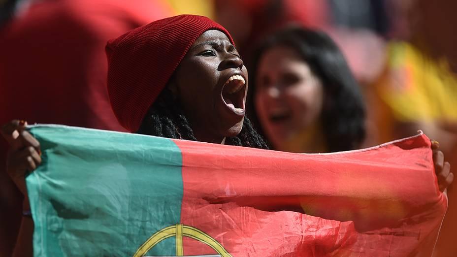 Torcedora de Portugal vibra durante o jogo contra Gana no Mané Garrincha, em Brasília