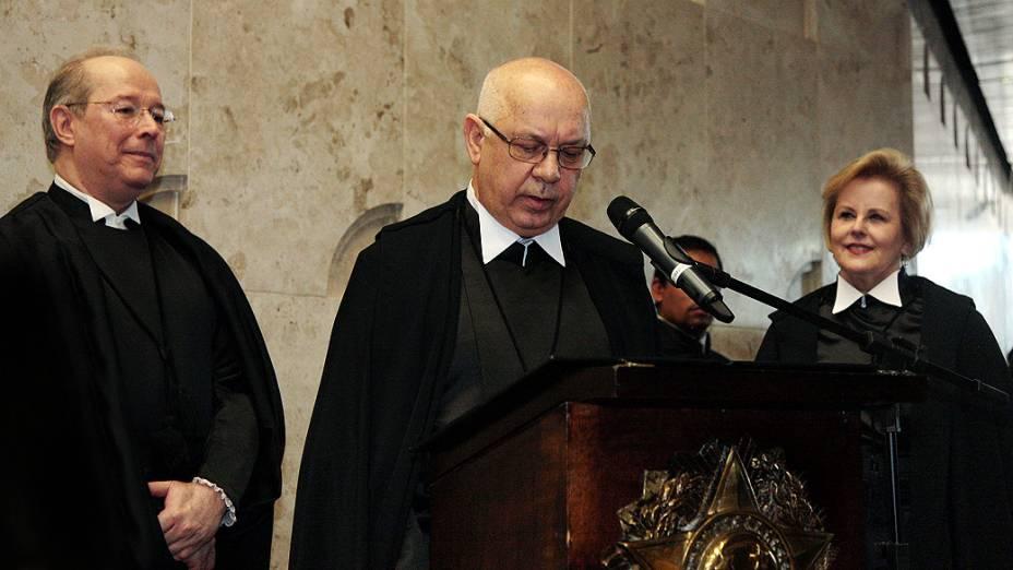O novo ministro do STF, Teori Zavascki, lê o compromisso de posse durante solenidade