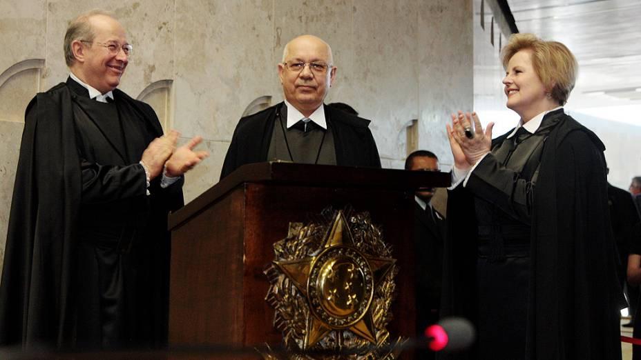 O novo ministro do STF, Teori Zavascki, entre o Decano do Supremo e a mais nova integrante da Corte até então, ministra Rosa Weber