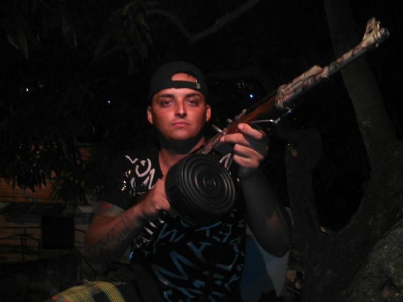 O traficante canário com o fuzil AK-47