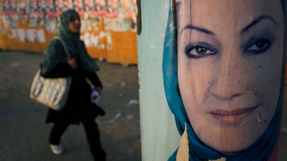 Pôster de candidata ao Parlamento em Cabul, no Afeganistão, que teve eleições marcadas por denúncias de fraude