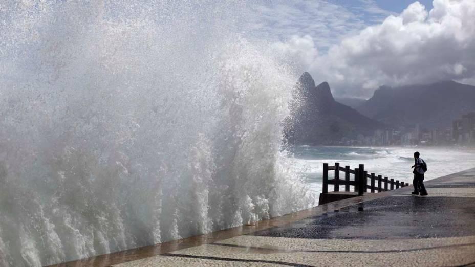 Ondas na praia do Arpoador, Rio de Janeiro. De acordo com os metereologistas, um ciclone extratropical desencadeou a agitação do mar