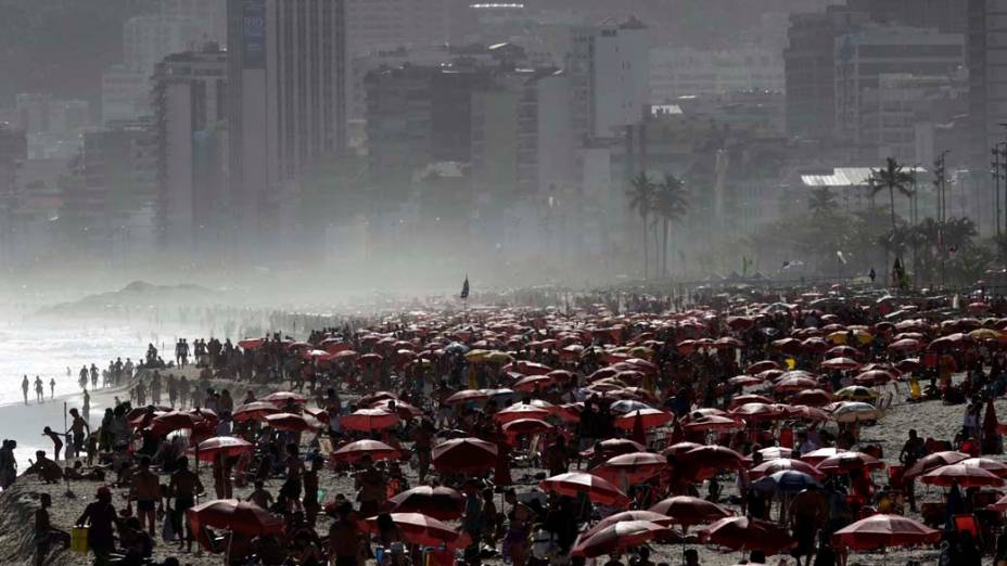 Banhistas na praia de Ipanema no Rio de Janeiro
