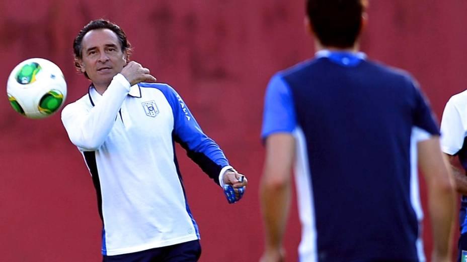 O técnico Cesare Prandelli comanda o treino da Itália em Salvador