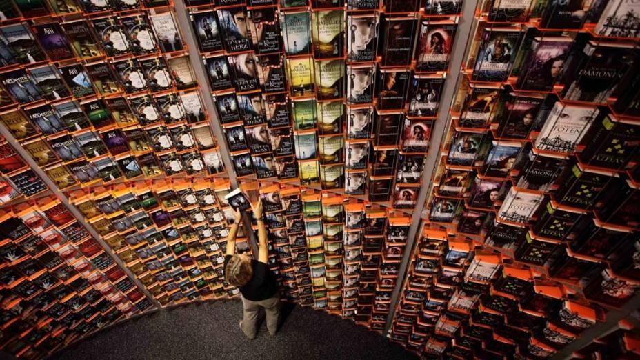 Prateleira da feira de livros de Frankfurt que abre hoje para visitação na Alemanha