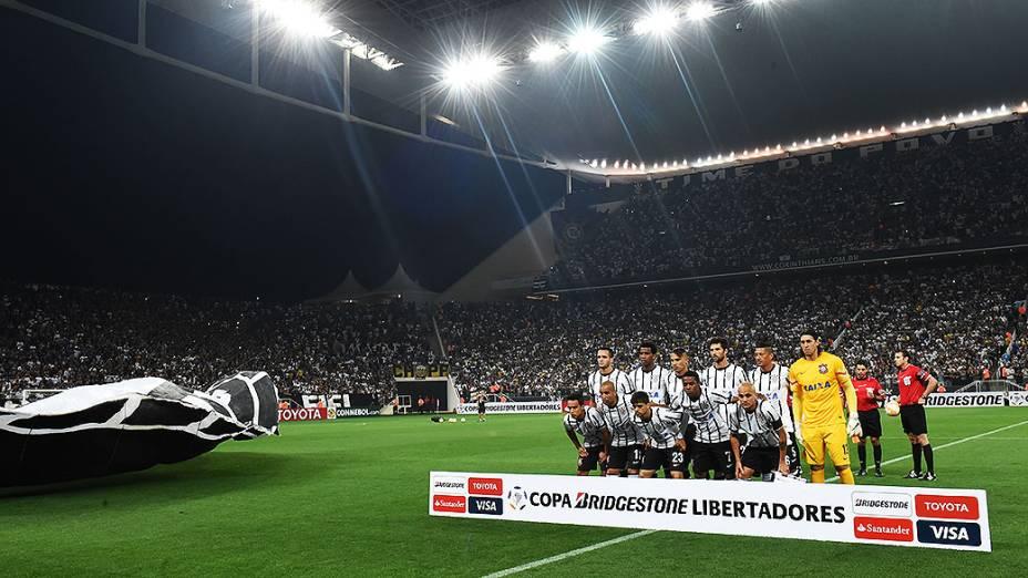 Jogadores do Corinthians antes da partida válida pela fase preliminar da Copa Libertadores, na Arena Corinthians, em Itaquera, região leste de São Paulo, nesta quarta-feira (04)