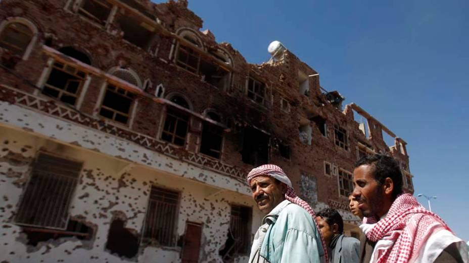 Prédio danificado durante confrontos entre seguidores do líder tribal Sadiq al-Ahmar e forças do governo em Sanaa, Iêmen