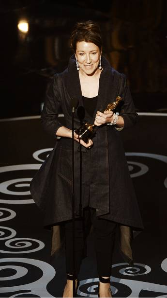 Jacqueline Durran recebe Oscar de melhor figurino por Anna Karenina durante cerimônia da academia