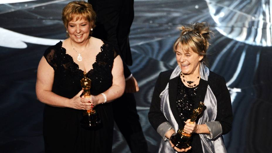 Lisa Westcott e Julie Dartnell  recebem o Oscar de cabelo e maquiagem por Os Miseráveis durante cerimônia da academia