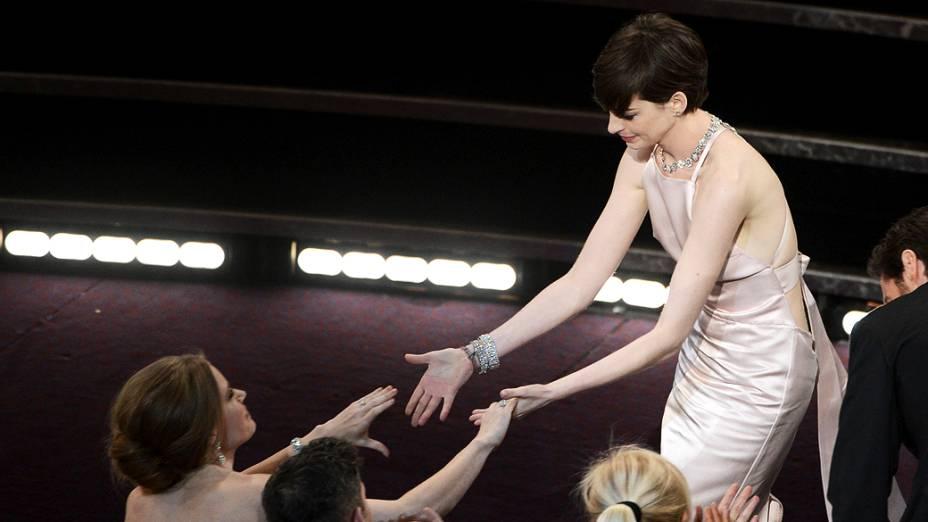 Anne Hathaway recebe Oscar de Melhor Atriz Coadjuvante por Os Miseráveis, durante cerimônia da academia