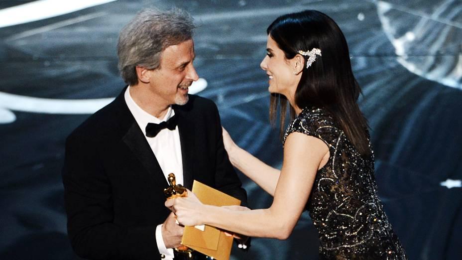 William Goldenberg recebe Oscar de Melhor Edição por Argo, durante cerimônia da academia