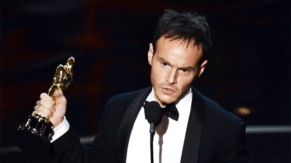 Chris Terrio recebe Oscar de Melhor Roteiro Adaptado por Argo durante cerimônia da academia