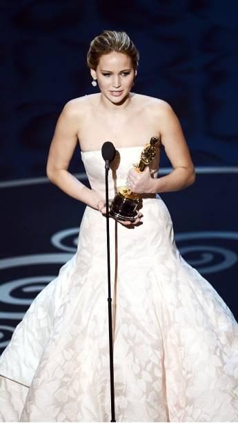 Jennifer Lawrence ganha prêmio de Melhor Atriz por O Lado Bom da Vida durante cerimônia do Oscar 2013