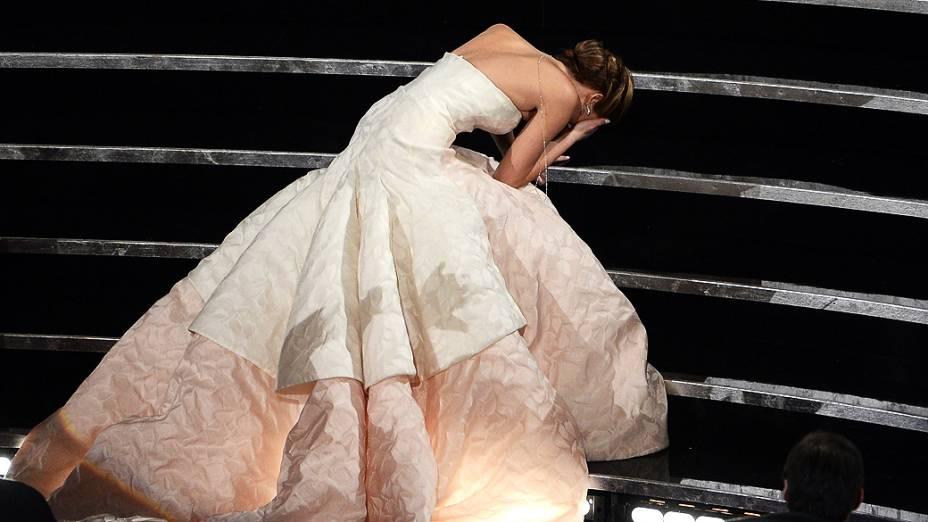 Jennifer Lawrence cai no caminho para receber a estatueta de melhor atriz do Oscar 2013